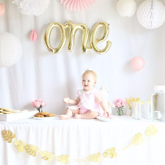 Coup de cœur pour cette adorable décoration à l'occasion du premier anniversaire de cette princesse. Une sweet table girly et fleurie, une décoration simple et douce, et une petite fille comblée et souriante … félicitations à la maman auteur du joli blog Charlie and Crew ! Pour cette composition, voici les lanternes et lampionsà retrouver …