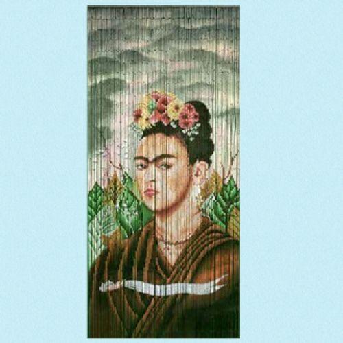 Nydelig håndmalt forheng av bambus, med bilde av Frida Kahlo den verdenskjente Mexicanske maleren. Str. 90 x 200 cm Perfekt foran en verandadør for og stoppe insekter, som forheng inn til et kjøkken eller kun som dekorasjon. Veldig lett og henge opp. Kommer med 2 ringer øverst, så man trenger kun og slå inn 2 spikere.