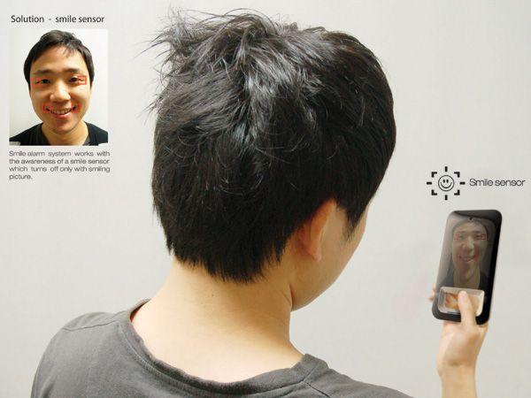 Kim Jungwoo, Ju Yongjun, Lee Jongmoo en Kim Taehwan hebben iets bedacht voor mensen die telkens maar chagerijnig en moedeloos opstaan. Een wekker die je gewoon dwingt te lachen. De wekker check doormiddel van een sensor of je wel lacht. Pas als je echt een brede glimlach geeft zal hij het alarm uitschakelen. Geniaal! Het [...] on http://www.6voor1.nl