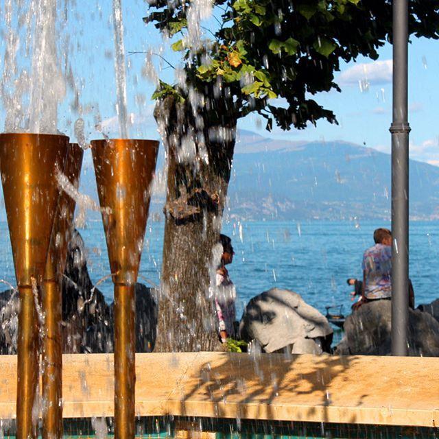 Весна в Италии в самом разгаре. Идеальное время для просмотра новой локации.  И я с удовольствием отправилась на любимое озеро Гарда. (ит- Lago Di Garda) Оно не менее известное, чем озеро Комо, сюда приезжают туристы ото всюду.  Излюбленное место отдыха самих итальянцев 🇮🇹. По всему периметру озеро окружено десятком небольших городов, которые просто купаются в благоухании природы и золотистых лучах солнца. Чистейшие воды Гарды плавно переходят в изломанную линию горного пейзажа. Здесь…