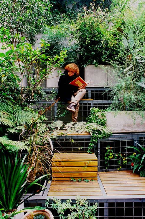 We love these tetris-like gardens. Perfect for small spaces. Just go vertical!....if only my backyard was a leeeeeetle bit bigger...