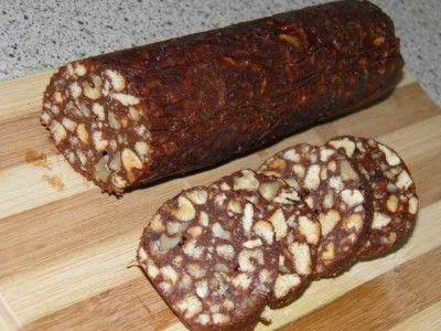 Шоколадная колбаска самая-самая 200г печенья 300г грецких орехов 200г масла 1 ст.сахара 2 яйца 3ст.л. какао Растереть яйца с сахаром и какао. Растопить масло, добавить сахарно-яичную смесь и держать на медленном огне, помешивая, до закипания. Снять с огня. Остудить до теплого. Всыпать печенье с орехами, размешать. Массу немного остудить, сформировать колбаски (с помощью пакетов или бумаги), туго завернуть и убрать в морозилку.