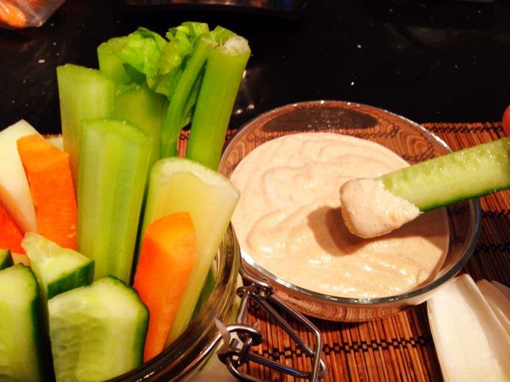 Erdnuss-Cashew-Kokos-Dip für Gemüse Sticks