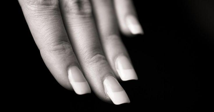 Cómo hacer tus propias uñas esculpidas. La popularidad del esculpido de uñas deriva en que este tipo de uñas imparte resistencia, durabilidad y flexibilidad. Además de lograr uñas largas en alrededor de una hora, las uñas esculpidas también pueden actuar como una superposición de uñas que permite a la uña natural crecer más. Como un beneficio adicional al desgaste, el uso de esmalte de ...