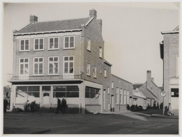 Hotel van der Hooft aan de Markt in Zevenbergen op de hoek met de Kerkstraat.