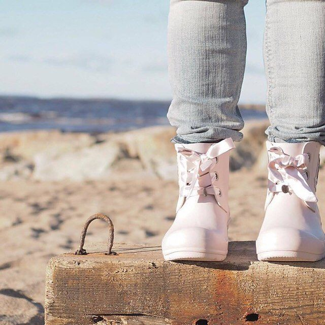 I'm walking on sunshine! (Photo by @mylittlesilverlinings) #oddmolly #madeinlove #lowtiderainboot