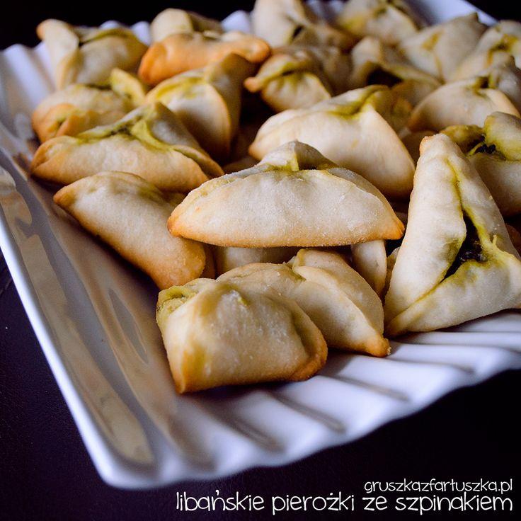 Przepis na libańskie pierożki ze szpinakiem - pieczone pierożki z ciasta drożdżowego, z wegetariańskim farszem ze szpinaku.