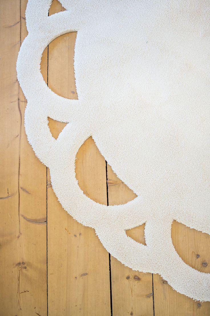 Vm-carpet – Kehrä-maton reunaan on leikattu kaunis pitsikuvio. #habitare2014 #design #sisustus #messut #helsinki #messukeskus