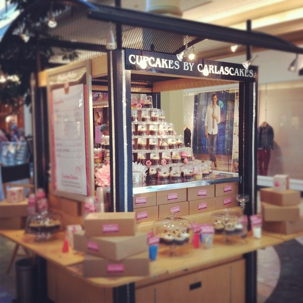 cupcake cart - Google Search | Bake style | Cupcake shops ...
