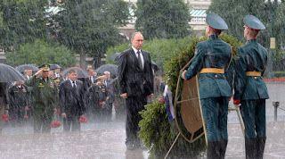 ΤΟ ΚΟΙΝΟ ΤΩΝ ΑΠΑΝΤΑΧΟΥ ΕΛΛΗΝΩΝ: Ο Πούτιν ακίνητος στη βροχή αποτίει φόρο τιμής στο...