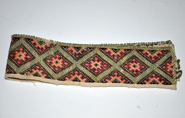 Halskvarde med smøyg fra midtre Telemark, muligens Sauherad.    I Telemark Museums samlinger siden 1905.