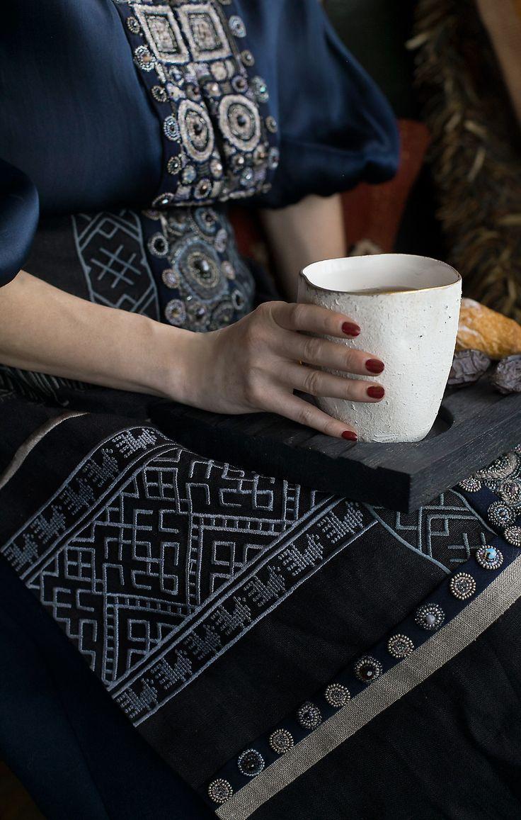 """фартук коллекции Levadnaja Details и набор """"Журавль"""": фарфоровая чаша и поднос из дуба."""