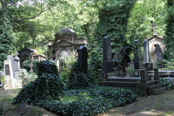 Olšanské hřbitovy a jejich sochy • Olsany cemetery and its sculptures and statues