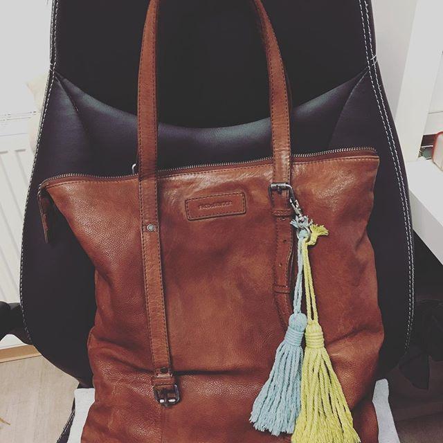 Hab da vor kurzem noch was schönes gebastelt. Als ich finds toll, was meint ihr?? #fredsbruder #tasche #leder #fashion #mode #leather #bommel #bag #shopperbag #leatherbag #diy #wool #menfashion #instafashion #fashioninsta #fashiondiaries