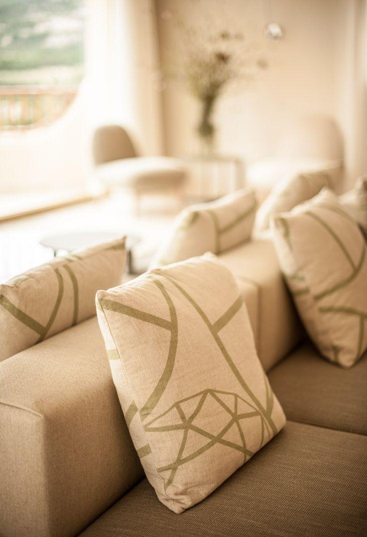 I cuscini con il nostro logo regalano un tocco personale ai divani Molteni.
