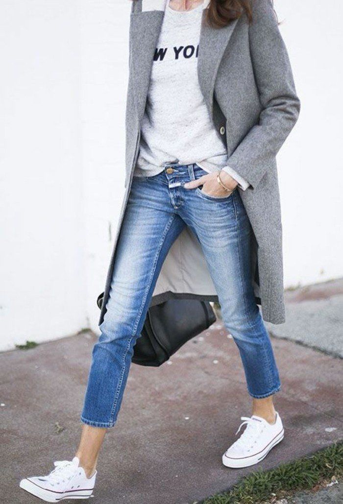 jeans mi courts en bleu, s'habiller en fonction de sa morphologie, sneakers blancs femme