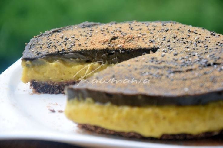 Raw mangový koláč s čokoládovou polevou