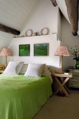 Dormitor romantic cu accente verzi