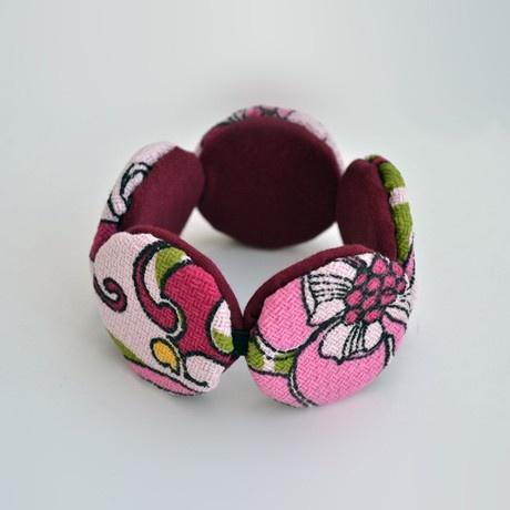 Bracciale in tessuto con stampa floreale perfetta per questa stagione! Adatto sia al look da giorno che da sera, è perfetto da abbinare con la collana dalla stessa fantasia. Per una parure estiva e frizzante. Da oggi è su http://lovli.it/index.php/bracciale-cerchi-rosa.html#