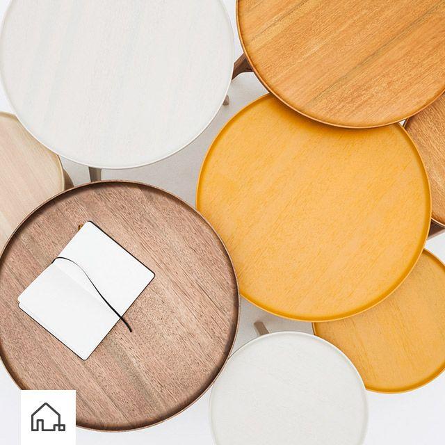 Nas laterais Viki e Balloon, os tampos trazem uma proposta diferente como bandejas de madeira. Lindas e práticas! www.estudiobola.com
