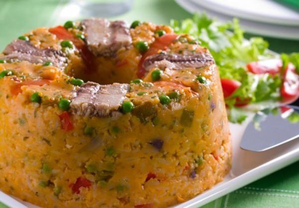 Aprenda a preparar cuscuz de sardinha com esta excelente e fácil receita. O cuscuz paulista é uma receita de verão bem popular para servir em churrasco, aniversários...