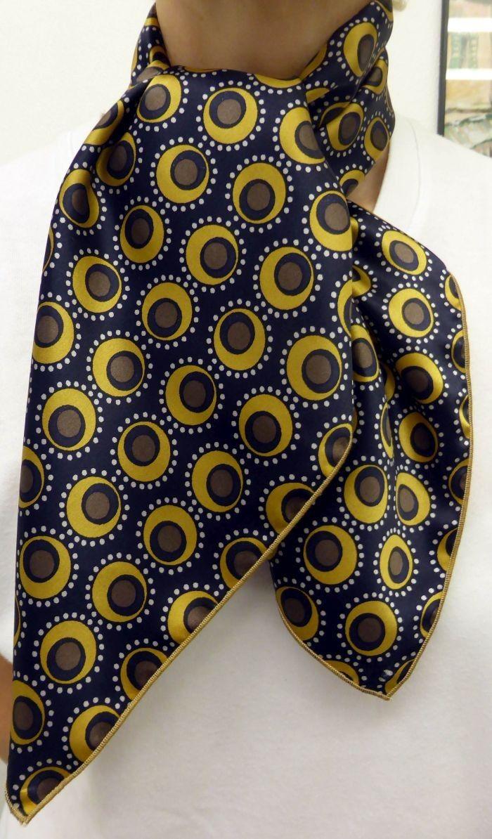 Foulard carré de soie fond bleu et ronds jaunes Fabrication française avec finition bourdon couleur jaune Livraison gratuite, idéal cadeau femme, satin de soie européen Un nouage sympathique de ce foulard est un nouage cheveux pour les personnes blondes. Egalement un nouage simple avec tenue bleue marine