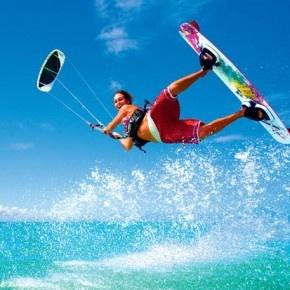 Kitesurfing jest dość młodą dyscypliną sportu, bo jego początki sięgają lat 90', a w roku 2008 został uznany za najszybszy sport wodny na świecie.  http://blog.ruszamysie.pl/kitesurfing-dla-poczatkujacych/