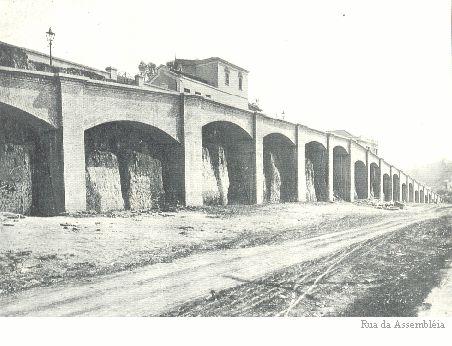 Arcos da rua da Assembleia, antes de serem cobertos por casas e esquecidos.