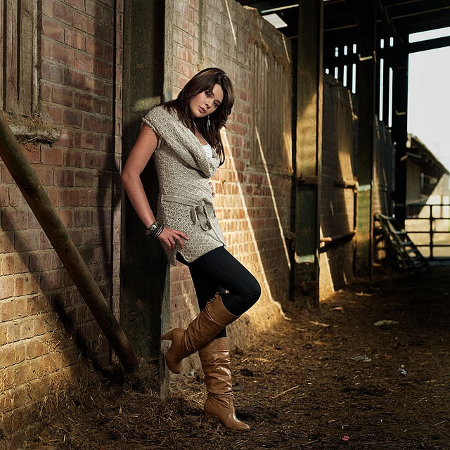 Portraiture Farm Location Outdoor Girl Lifestyle Boots Jeans Knitwear Photo Re Create Pinterest Outdoor Outdoor Girls And Boots