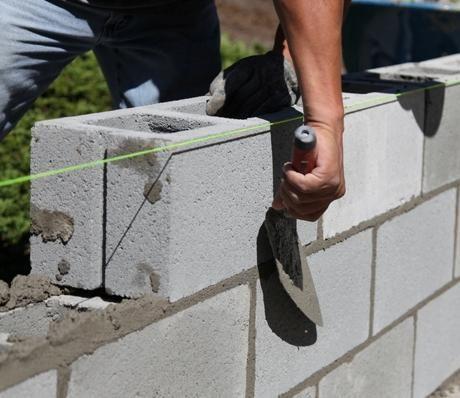 Hoy vamos a anotar algunos consejos relacionados con una tarea básica de albañilería, la elaboración de muros de block hueco.