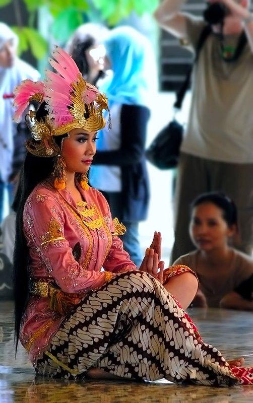 TRADITIONAL DANCER.....INDONESIA.....YOGYAKARTA.....PHOTO BY IRSAM SOETTARTO.....ON TREKEARTH......PARTAGE OF LIANA PH..