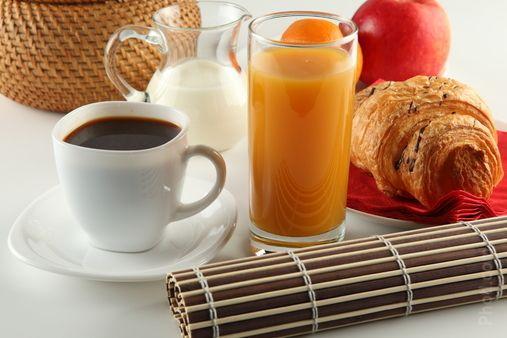 Café y jugo con croissant  Desayuna con nosotros  #paraisoguesthouse