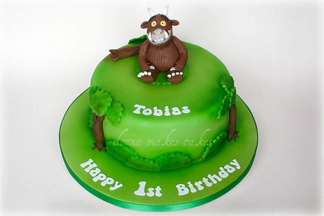 Cute smash cake, would change it to a monkey with bananas around him!
