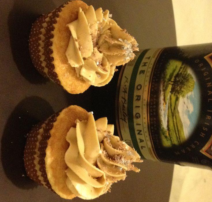 Cupcakes de vainilla con ese toquecito de Baileys, cubierto con buttercream de café.