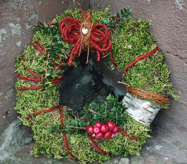 http://holmsundsblommor.blogspot.se/2010/11/utan-exotiska-frohus.html Gravdekoration krans