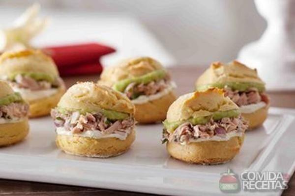 Receita de Broa de milho recheada com atum, avocado e cream cheese em receitas de paes e lanches, veja essa e outras receitas aqui!