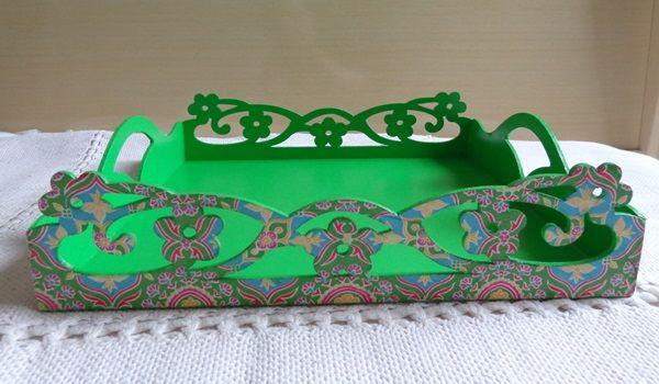 Bandeja em madeira MDF vazada. Com découpage. http://www.elo7.com.br/bandeja-verde/dp/322E13