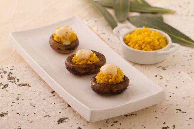Los champiñones son saludables y sabrosos, y una entretenida forma de prepararlos es con esta receta: Champiñones rellenos con arroz al curry.  http://www.vidabanquete.cl/blog/2012/07/09/championes-rellenos-con-arroz-al-curry