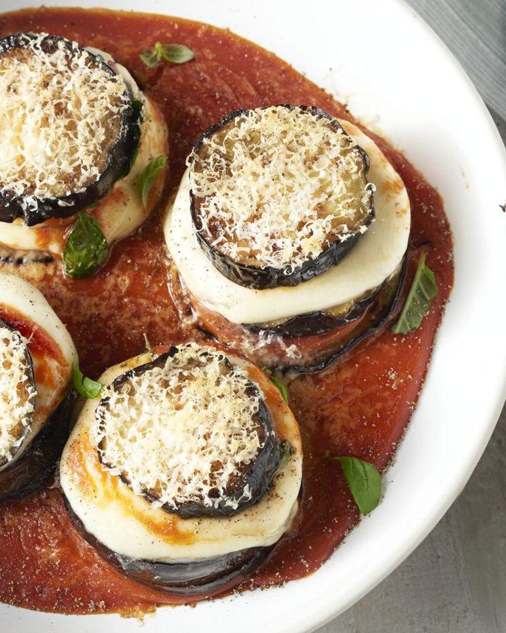 Melanzane alla parmegiana is een Italiaanse vegetarische klassieker. Een heerlijke ovenschotel met gegrilde aubergine, basilicum, mozzarella en parmezaan.