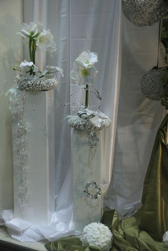 Ανθοστήλες διακοσμημένες με λουλουδάκια και στεφανάκια, κατάλληλες για γαμήλιο στολισμό!