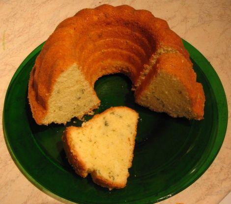 Citroencake met citroenmelisse of citroenverbena.