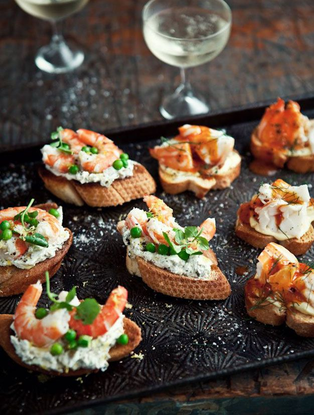 Recettes tartines salées crostini mêlant crevettes, câpres, petites olives vertes, et petits pois, le tout sur un lit de fromage de chèvre assaisonné à l'huile de citron