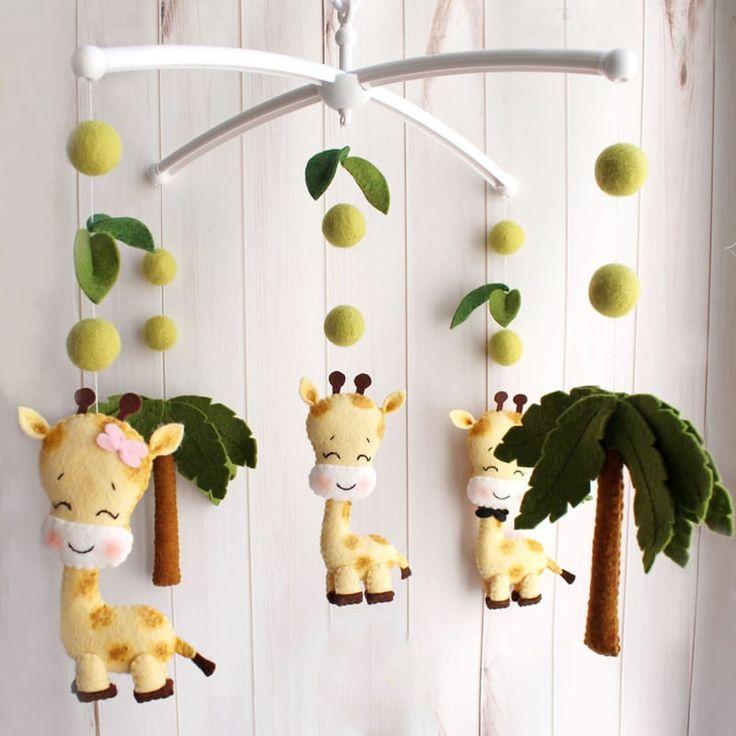 Дизайнерский детского мобиль для новорожденного Семейка Жирафов для подарка девочке или мальчику. Изысканная игрушка ручной работы – среди африканских деревьев гуляет семья жирафов – папа, мама и маленький жираф. Материал игрушек гипоаллергенный. Отдельно можно приобрести кронштейн и муз
