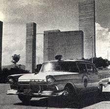 Patrulla de policía circulando cerca de las Torres de Satélite, que en la se encuentran en plena construcción.