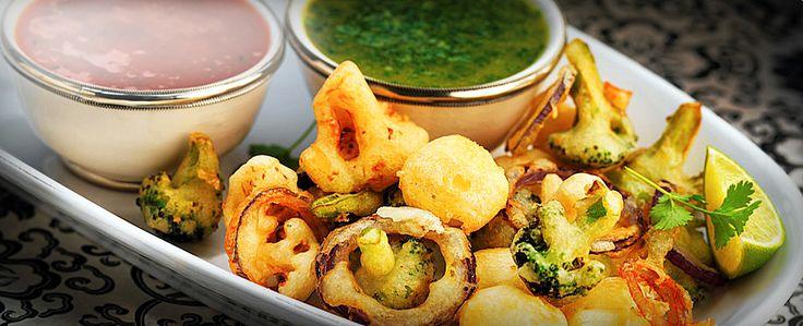 Pankoras - eller frityrstekt blomkål, brokkoli, rødløk og fetaost er fingermat som settes pris på av mange. Server sammen medto herlige dipsauser så har du en perfekt rett å sette på detindiske buffetbordet.