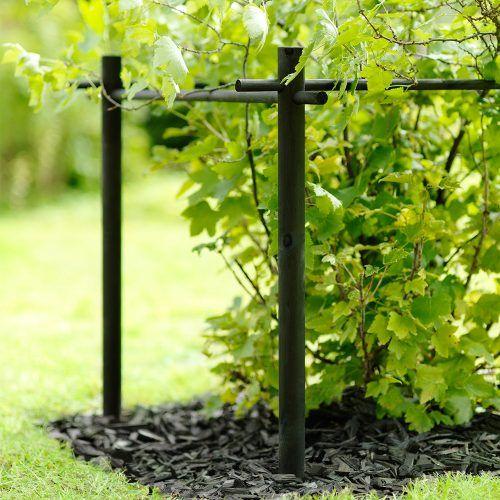 Stöd för bärbuskar: Material: svartbetsad furu (betsen innehåller mögelskyddsmedel) Mått: 86 x 86 cm.