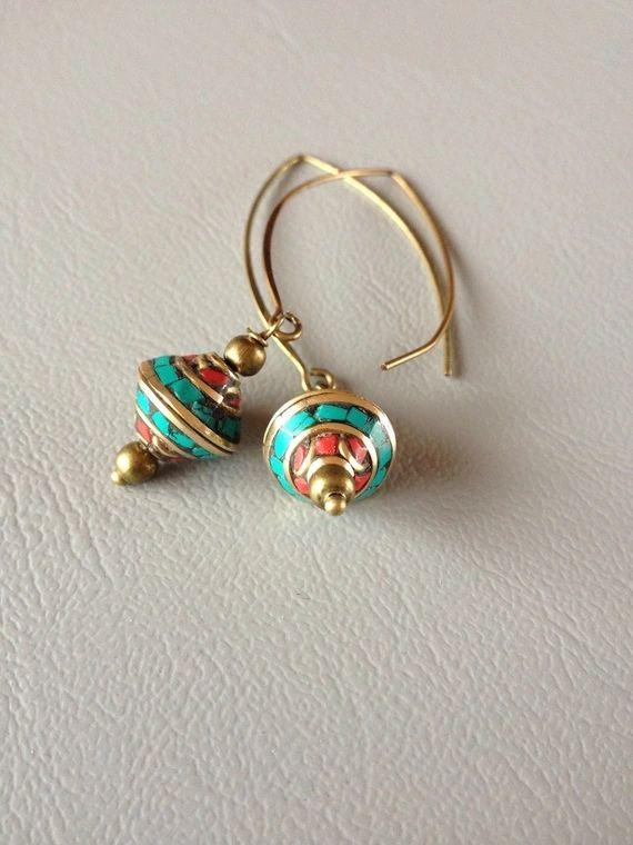 Découvrez Boucles d'oreilles ethniques, perles du Népal, corail et turquoise.  sur alittleMarket