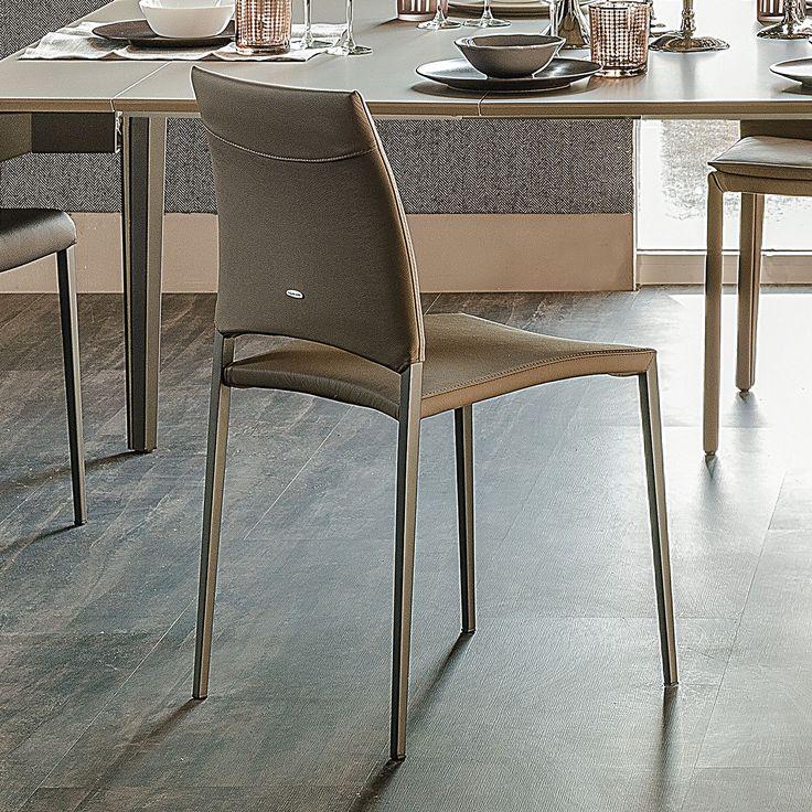 Sedia Sally, disegnata da Paolo Cattelan per Cattelan Italia, realizzata con struttura in acciaio verniciato con seduta e schienale imbottiti e rivestiti in ecopelle.