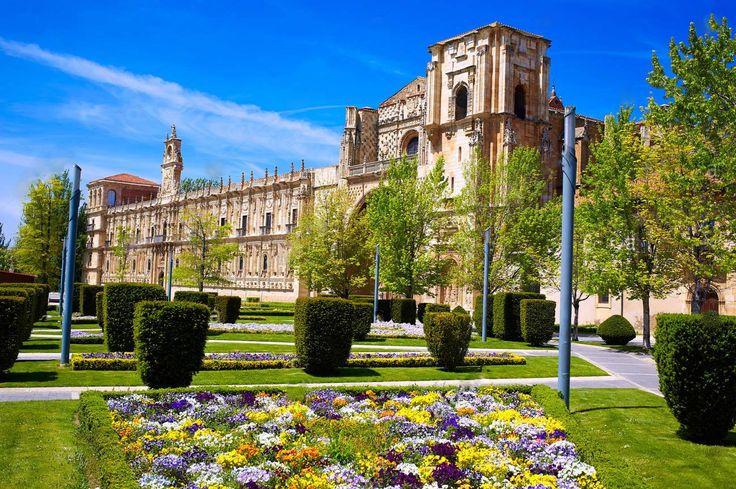 Convento de San Marcos (León) Espanha  O Convento de San Marcos é uma das grandes jóias da arquitetura da cidade espanhola de Leon, juntamente com a catedral, a Basílica de San Isidoro e da Casa Botines.  É hoje um parador, além de igreja consagrada e o Museu de León  é um dos monumentos mais importantes do Renascimento espanhol.  Sua fachada é uma pérola do estilo plateresco  espanhol .  É uma única parede com dois corpos e dois andares, coroda com adornos e castiçais.  O primeiro corpo tem…