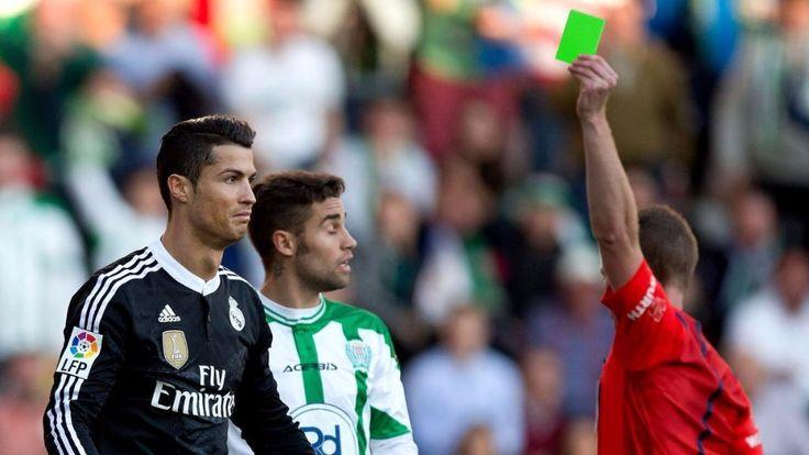 Se les dio a los árbitros una tercera tarjeta en color verde fosforescente para complementar las tradicionales amarilla y roja.